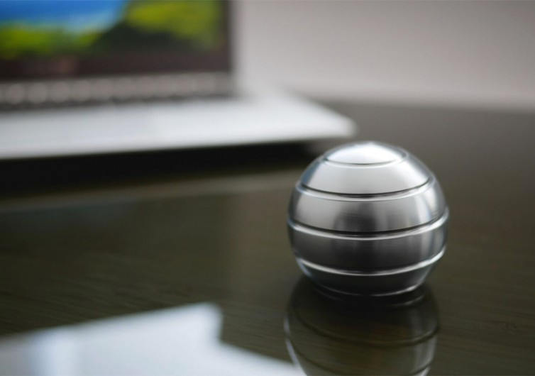 MEZMOGLOBE Desk Toy