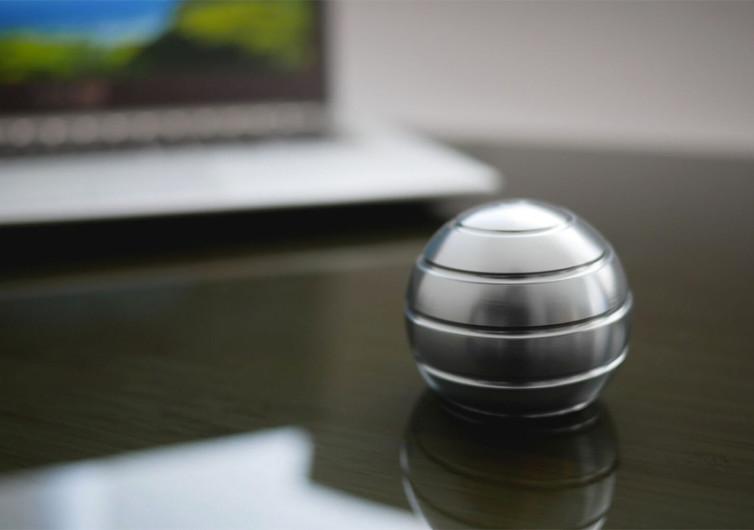 MEZMOGLOBE Desk Toy