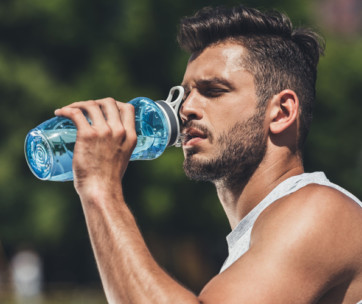 how much water men need to drink daily